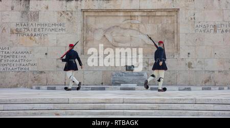 Febbraio 19, 2019. Atene Grecia, piazza Syntagma, il parlamento greco. Le protezioni che indossano il tradizionale winter uniforme, marciando nella parte anteriore dei soldi sconosciuto Foto Stock