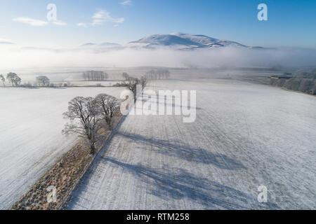 Un'immagine aerea mostra Tinto Hill che appaiono sopra la nebbia appesa sopra il fiume Clyde su un soleggiato e nevoso inverno mattina.
