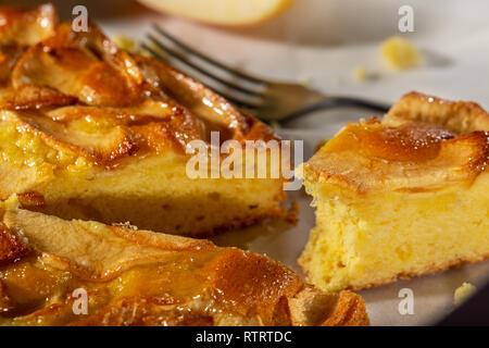 La torta di mele tart, ingredienti - Mele e cannella sul rustico sfondo di legno Foto Stock