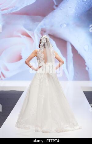 Sposa a piedi in un abito da sposa