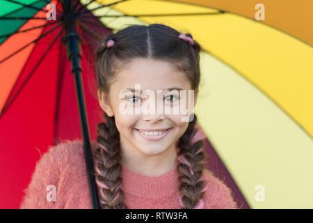 ... Accessori colorati per il buon umore. Bambini ragazza capelli lunghi a  piedi con ombrello. dcd5752900d3