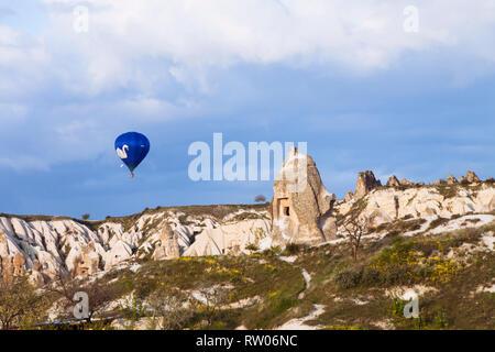 Goreme, Nevsehir Provincia, Turchia : una mongolfiera sorvola fairy chimney formazioni rocciose nella storica regione Cappadocia. Foto Stock