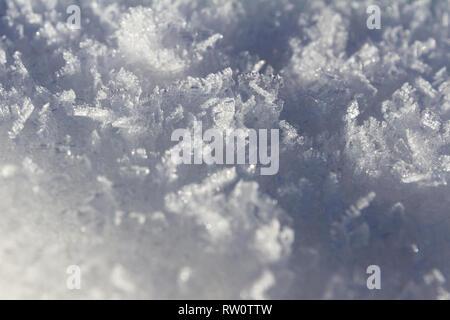 Close up di neve fresca in davvero basse temperature formata in lunghi cristalli di ghiaccio con bei modelli Foto Stock