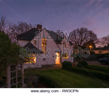 La casa e il giardino di notte a Chislehurst in Inghilterra. Foto Stock