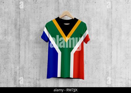 Bandiera del Sud Africa T-shirt su appendiabiti, squadra africana uniforme idea di progettazione per la produzione di abbigliamento. Usura nazionale. Foto Stock