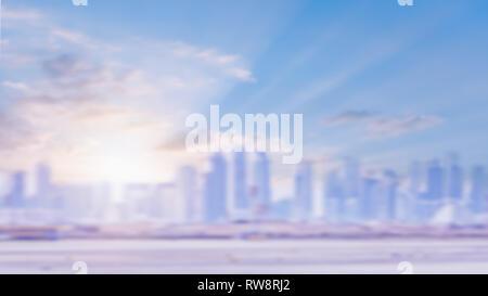 Defocalizzata urban skyline. Sfocata edificio della città. Incredibile golden calda luce all'alba o al tramonto attraverso grattacieli. La luce sullo sfondo della città. Foto Stock