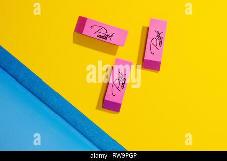 Un graficamente gradevoli foto di cancellatori rosa in un colorato sfondo giallo con un triangolo di blu. Foto Stock