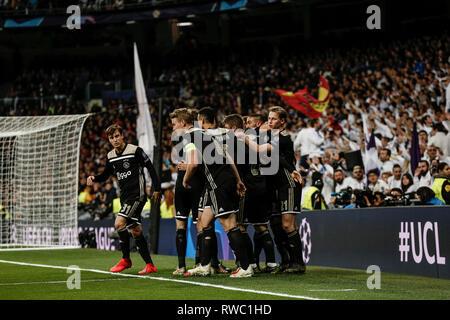 Santiago Bernabeu, Madrid, Spagna. Mar 5, 2019. UEFA Champions League Football, round del 16, la seconda gamba, Real Madrid contro Ajax; Hakim Ziyech (Ajax) celebra il suo obiettivo che ha reso 0-1 nel settimo minuto Credito: Azione Sport Plus/Alamy Live News Foto Stock