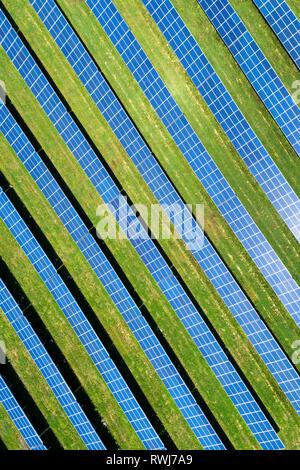 Vista aerea guardando dritto verso il basso di una fattoria solare con Sun riflette i pannelli, a ovest di Dunville; Ontario, Canada Foto Stock
