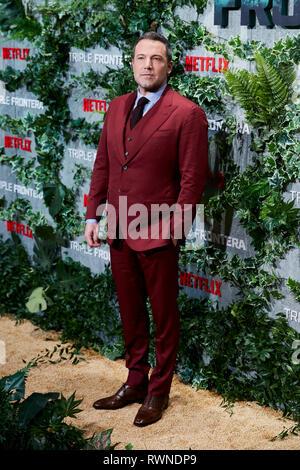 Ben Affleck assiste la Triple Frontera premiere a Callao luci della città di Madrid. Foto Stock