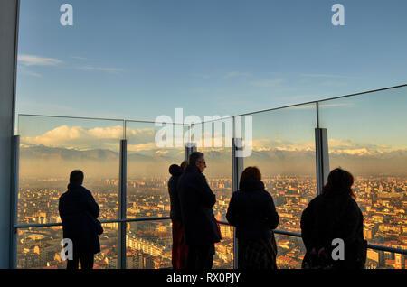 Torino, Piemonte, Italia. Gennaio 2019. Il trentacinquesimo piano di Intesa Sanpaolo grattacielo. La terrazza panoramica offre ai visitatori una privilegiata
