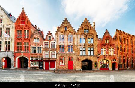 Bruges - Vista su Jan Van Eyck Square e Chiesa di Brugge, in Belgio Foto Stock