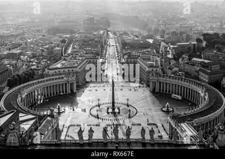 Vista aerea di piazza San Pietro in Vaticano,in bianco e nero, Roma Italia Foto Stock
