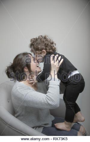 Giocoso madre e figlia toddler Foto Stock