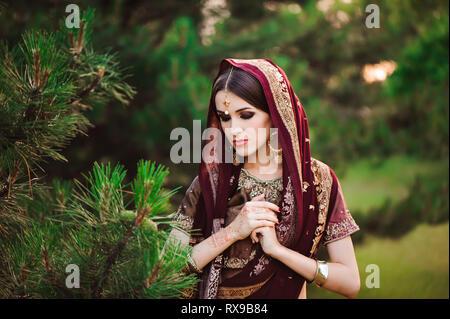 Bella donna araba ritratto. Giovane donna Indù con mehndi tatuaggi dalla black henna sulle mani Foto Stock