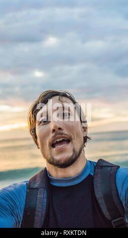 Un Uomo Prende Un Selfie Sullo Sfondo Del Mare E Del Tramonto In