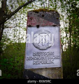 Pilastro di confine dell'ex frontiera interna tedesca in un bosco vicino a Braunlage Foto Stock