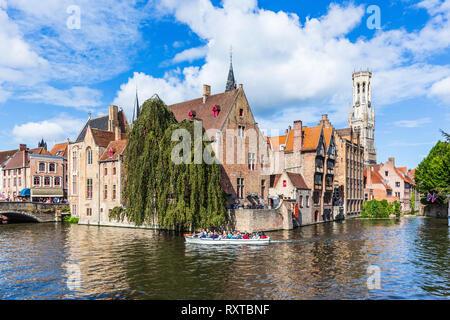 Bruges, Belgio. Il canale di Rozenhoedkaai in Bruges con il campanile in background.