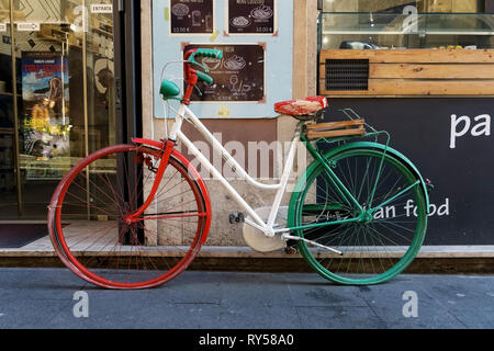 Tricolore Italiano moto parcheggiata di fronte ad un ristorante. Roma, Italia, Europa. Foto Stock