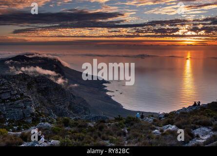 Le coppie tramonto oltre i dodici apostoli e Oceano Atlantico dalla Table Mountain e Cape Town, Western Cape, Sud Africa