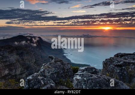 Tramonto su dodici apostoli e Oceano Atlantico dalla Table Mountain e Cape Town, Western Cape, Sud Africa Foto Stock