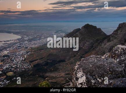 La Devils Peak e Città del Capo da Montagna della Tavola al tramonto, Cape Town, Western Cape, Sud Africa Foto Stock