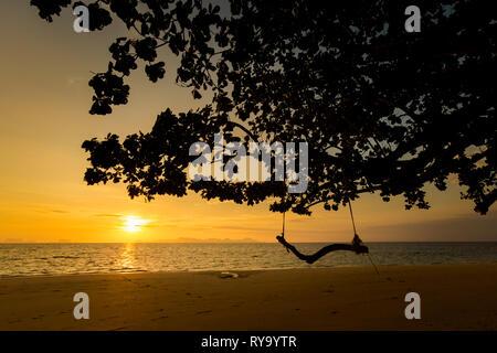 Bellissima alba sull isola tropicale di Koh Kradan in Thailandia. Paesaggio scattate sul lungo principale sunrise beach con movimento di rotazione durante la sun andando fino Foto Stock