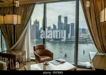Singapore - Gennaio 2019: una meravigliosa vista sulla baia di Marina e di Singapore del quartiere degli affari di formare un comfort in camera matrimoniale nella Marina Bay Sands Hotel Foto Stock