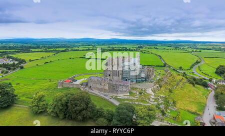 La veduta aerea della Rocca di Cashel e i campi verdi sul retro del vecchio castello in rovina in Irlanda