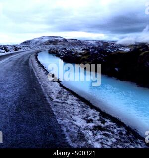 Carreggiata in Islanda vicino alla Laguna Blu. Foto Stock