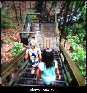 Due ragazze escursionismo in Tallulah gorge parco dello stato della Georgia, Stati Uniti d'America Foto Stock