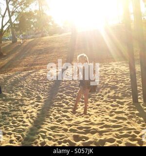 Ragazza giovane su un altalena. Foto Stock