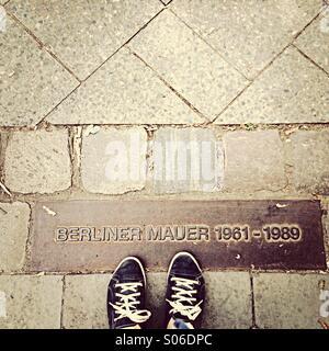 Memoriale del Muro di Berlino pietre nella pavimentazione con piedini