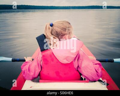 Bambina in kayak sul lago Foto Stock