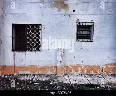 Decadendo dettagli finestra scene di strada Havana Cuba Foto Stock