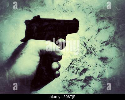 Uomo a sparare con una pistola Foto Stock