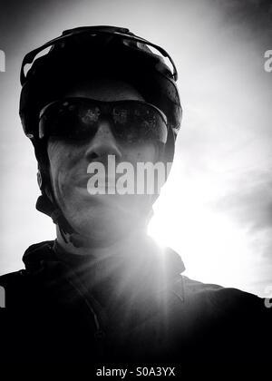 Mountain bike rider selfie grintoso ritratto in bianco e nero. Foto Stock