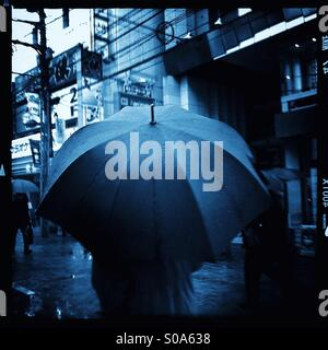 Blue Rainy day in Tokyo, Giappone. Foto Stock
