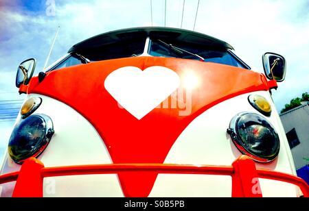 Un vintage VW camper con un logo di cuore Foto Stock