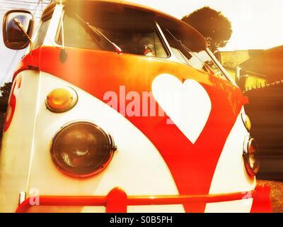 Un vintage bus VW con un cuore logo sagomato Foto Stock