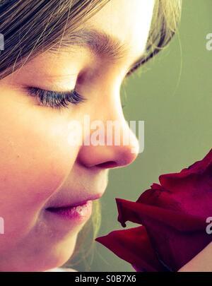 Ragazza e una rosa Foto Stock