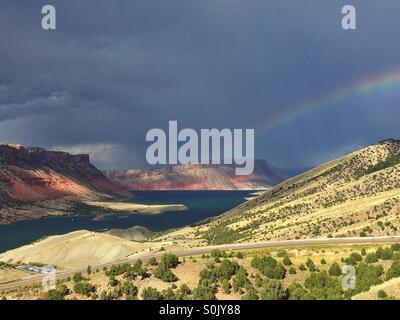 Un arcobaleno archi oltre il fiume verde in Flaming Gorge recreation area in Utah. Foto Stock