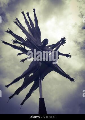 La scultura spingere via il cielo Foto Stock