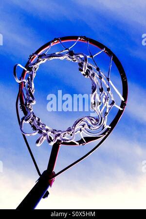 Guardando verso l'alto un pallone da basket net verso un cielo blu. Foto Stock