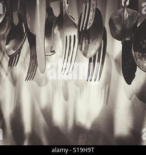 Utensili da cucina appeso a una parete Foto Stock