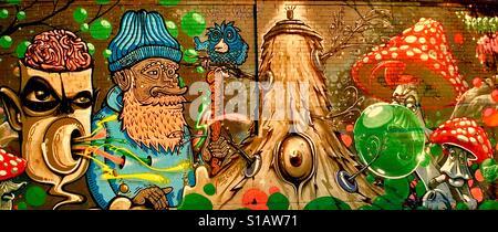 Il vecchio uomo in una foresta mistica con creature & Toadstools Arte di strada. Monaco di Baviera Foto Stock