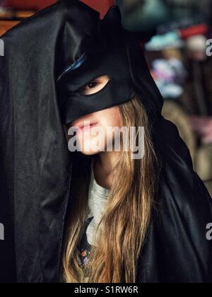 5 anno vecchia ragazza vestito in costume di Batman Foto Stock