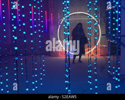 Ombra di una donna in un cerchio di luce Foto Stock