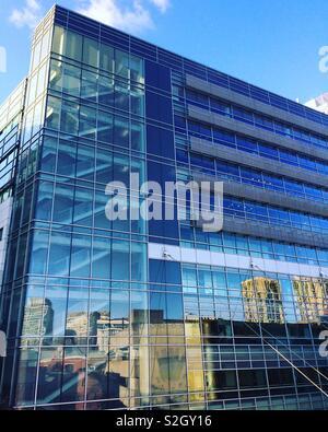 Riflessioni sulla facciata del centro Yawkey per cure ambulatoriali, Massachusetts General Hospital di Boston, Massachusetts, Stati Uniti Foto Stock