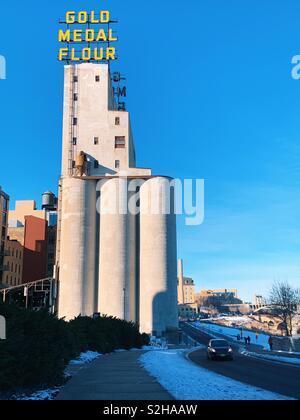 Medaglia d'oro farina edifici lungo il fiume in Minneapolis Minnesota. Foto Stock